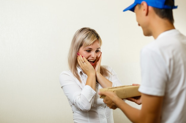 Vista di un uomo di consegna consegna un pacco al cliente
