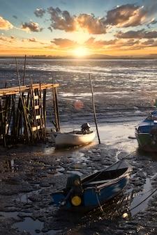 Vista di un vecchio molo palafitico del pescatore sulle paludi di sado.