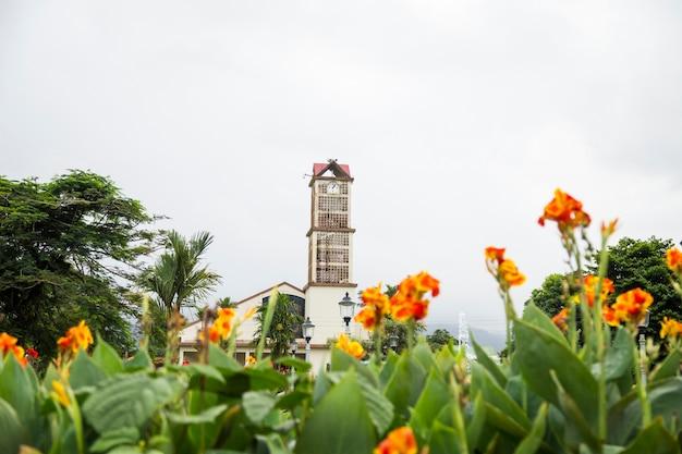 Vista di una chiesa della città di fortuna dal parco alla costa rica