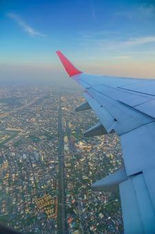 Vista di una città da una finestra dell'aeroplano