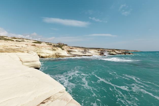 Vista di una costa rocciosa al mattino