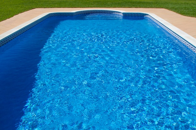 Vista di una grande piscina di lusso con erba.