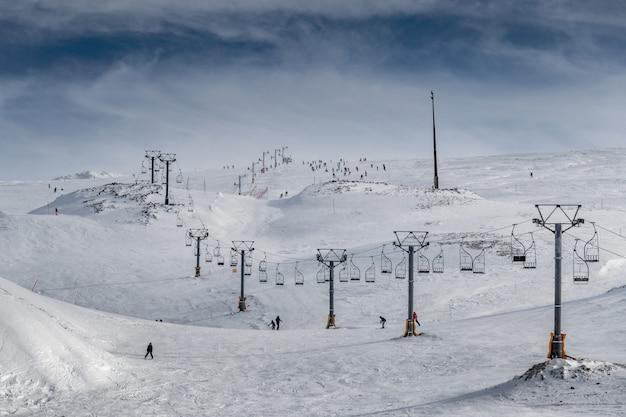 Vista di una stazione sciistica coperta di neve