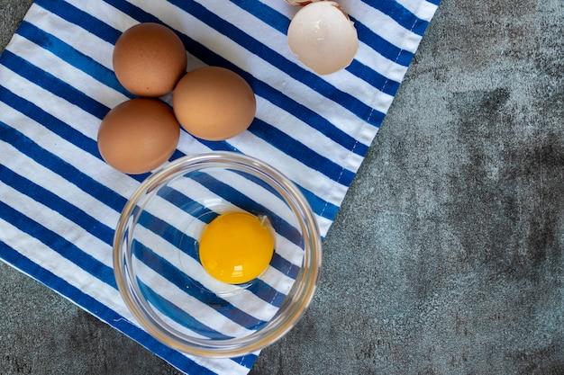 Vista di uova crude, con le loro conchiglie