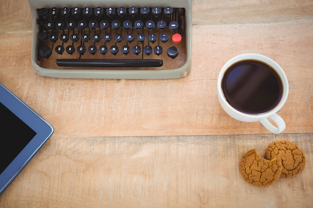 Vista di vecchi macchina da scrivere e caffè sulla tavola di legno