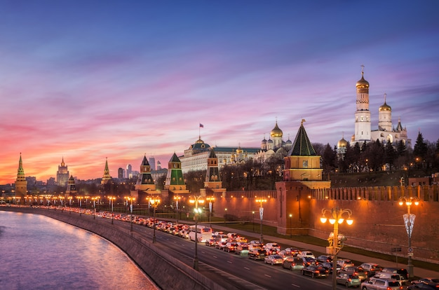 Vista di vodovzvodnaya, altre torri e templi del cremlino di mosca, argine del cremlino
