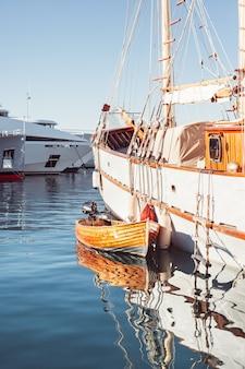 Vista di yacht nel porto turistico di cannes, in francia