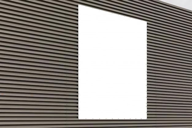 Vista diagonale della parete grigia del metallo ondulato con copyspace.