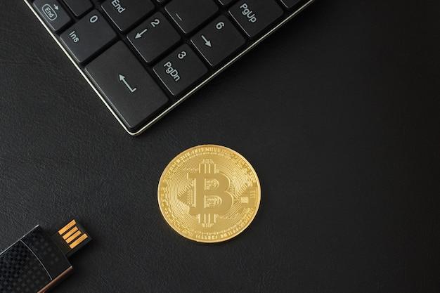 Vista dorata bitcoin dall'alto su un tavolo nero