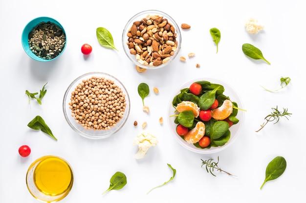 Vista elevata degli ingredienti sani in ciotola sopra priorità bassa bianca