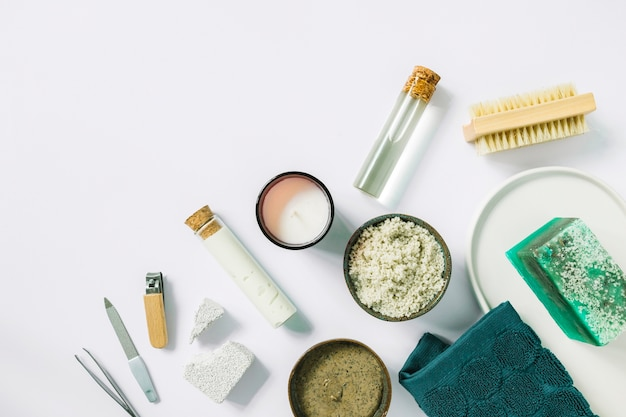 Vista elevata degli strumenti e dei prodotti del manicure su fondo bianco