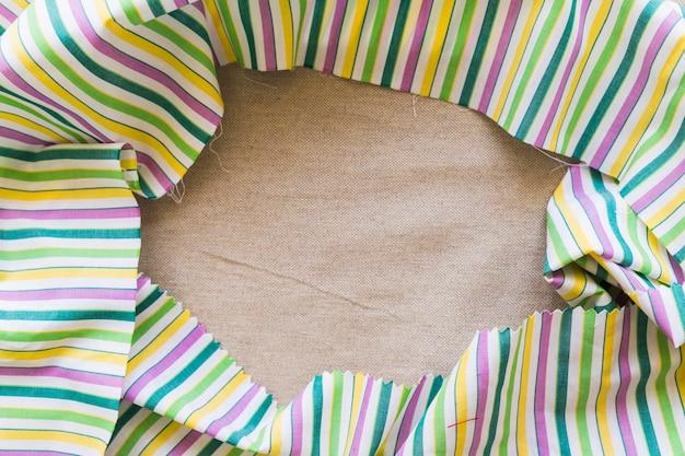 Vista elevata del telaio in tessuto colorato in lino