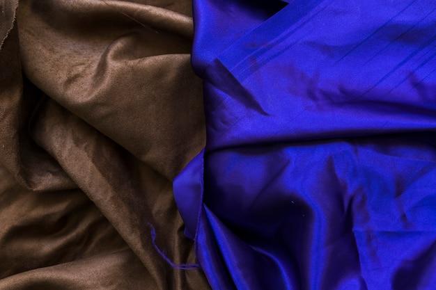 Vista elevata del tessuto blu e marrone liscio piegato