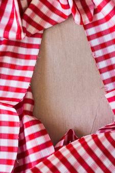 Vista elevata del tessuto rosso del modello del plaid che forma struttura