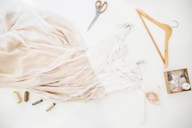 Vista elevata del vestito dal progettista su fondo bianco