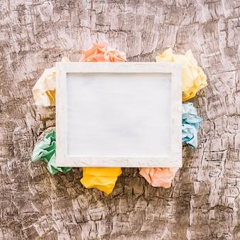 Vista elevata della cornice su carta stropicciata multicolore