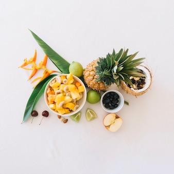 Vista elevata della frutta tropicale fresca su priorità bassa bianca