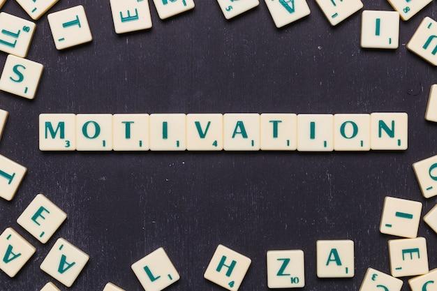 Vista elevata della parola motivazione fatta da lettere di gioco scrabble