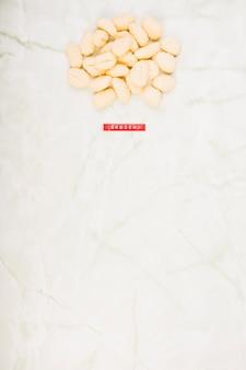 Vista elevata della pasta di gnocchi crudi su marmo