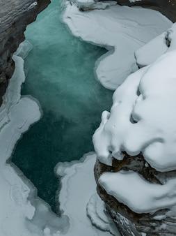 Vista elevata della piscina di acqua, athabasca falls, jasper, jasper national park, alberta, canada