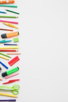 Vista elevata di accessori per la scuola colorati su sfondo bianco