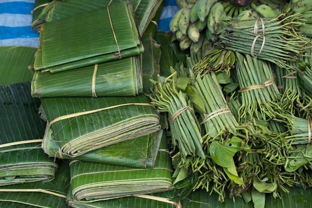 Vista elevata di banana e foglie di betel in vendita, luang prabang, laos