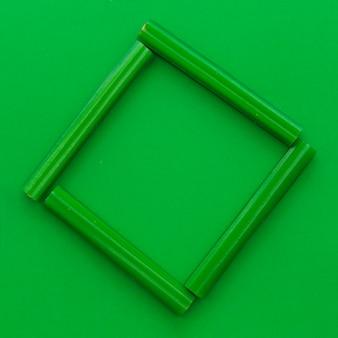 Vista elevata di caramelle di liquirizia verde che formano cornice