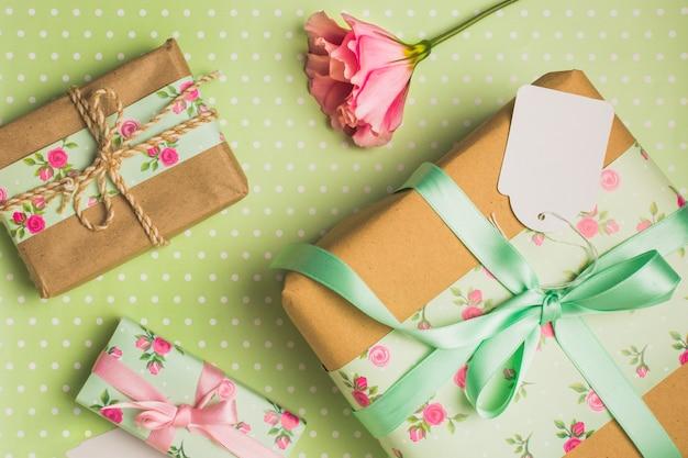 Vista elevata di decorativo bella confezione regalo avvolto su sfondo a pois