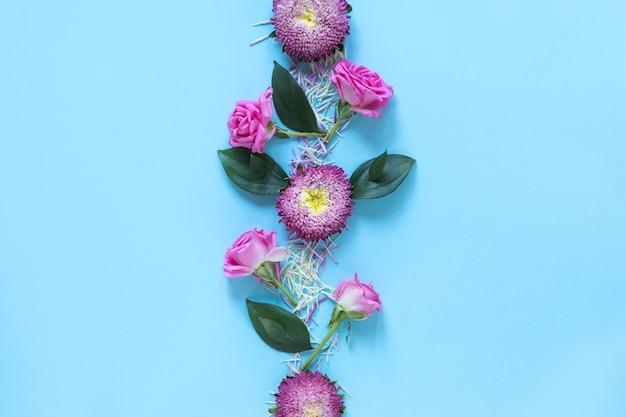 Vista elevata di fiori rosa freschi sulla superficie del blu