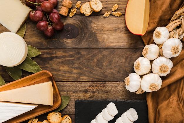 Vista elevata di formaggio sano e ingrediente sulla superficie in legno