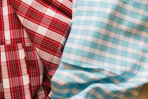 Vista elevata di indumento di cotone rosso e blu