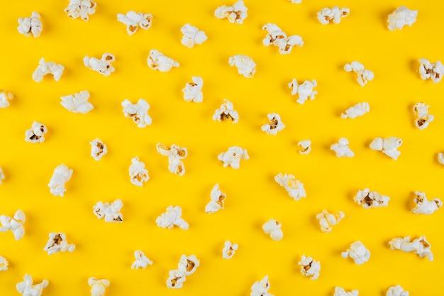Vista elevata di popcorn su superficie gialla