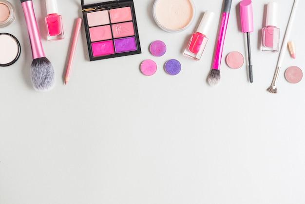 Vista elevata di prodotti cosmetici isolati sulla superficie bianca