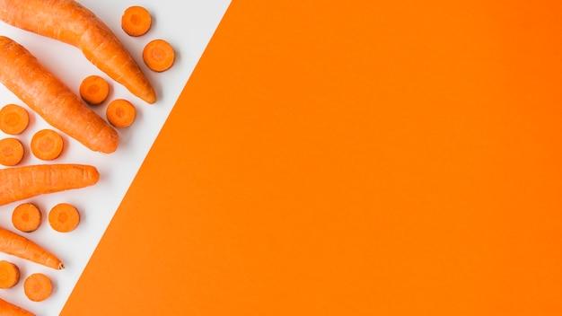 Vista elevata di una carota sana organica sul doppio fondo