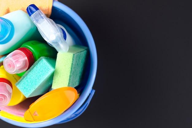 Vista elevata di vari articoli di pulizia nel cestino