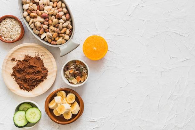 Vista elevata di vari ingredienti sani sulla superficie bianca