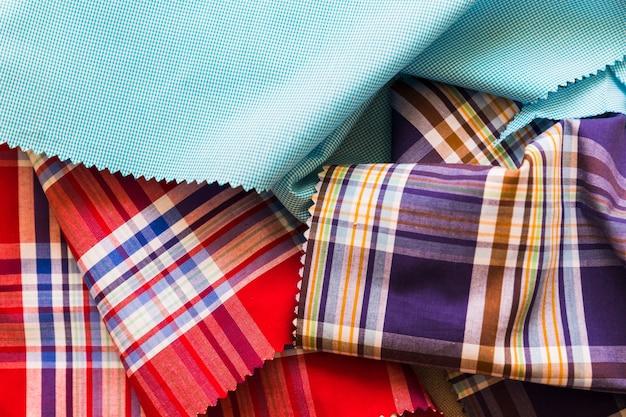 Vista elevata di vari tessuti in cotone multicolore