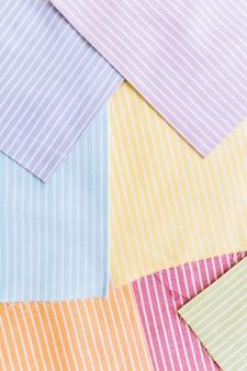 Vista elevata di vari vestiti a strisce multicolore