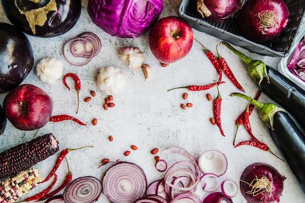 Vista elevata di verdure e spezie su sfondo bianco con texture