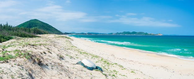Vista espansiva della spiaggia tropicale appartata e delle dune di sabbia del deserto blu oceano turchese, splendida linea di costa nel vietnam centrale, bai bien tu nham quy nhon