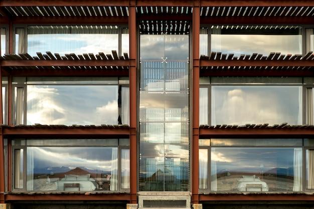 Vista esterna dell'hotel the singular, puerto natales, patagonia, cile