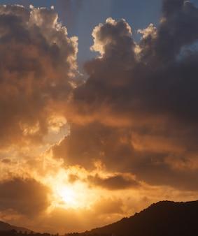 Vista esterna rilassante naturale di bella cloudscape con sfondo colorato cielo dorato.