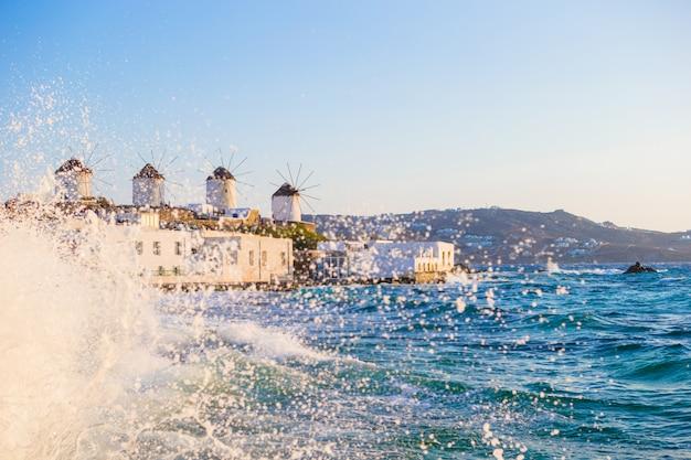 Vista famosa dei mulini a vento greci tradizionali sull'isola di mykonos ad alba, cicladi, grecia