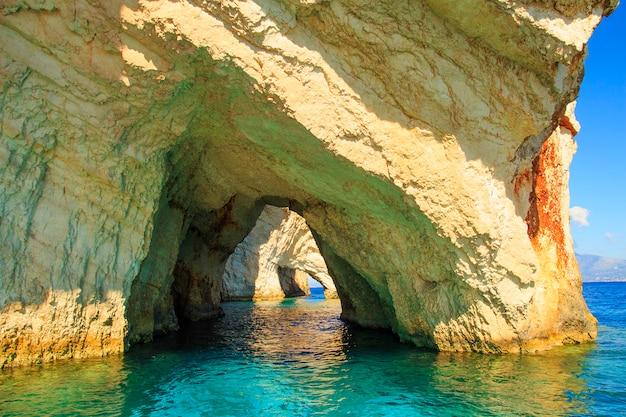 Vista famosa delle caverne blu sull'isola di zacinto. grecia.