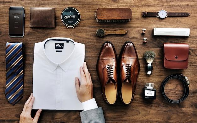 Vista flatlay di un uomo d'affari che organizza le sue cose