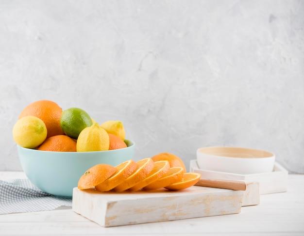 Vista frontale assortimento di frutta biologica