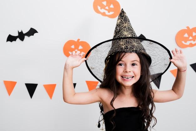 Vista frontale bambina in costume da strega per halloween
