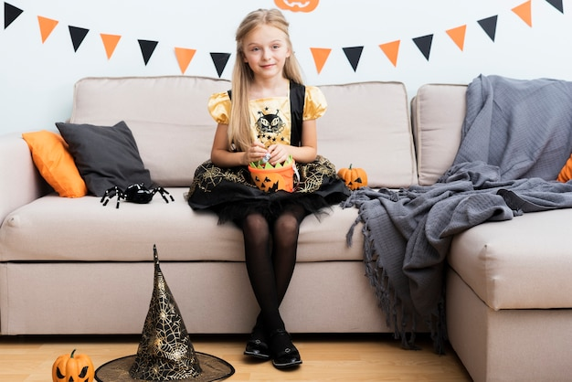 Vista frontale bambina in costume da strega