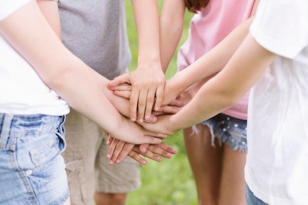 Vista frontale bambini che formano una squadra