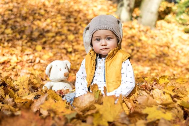 Vista frontale bambino carino con il suo giocattolo